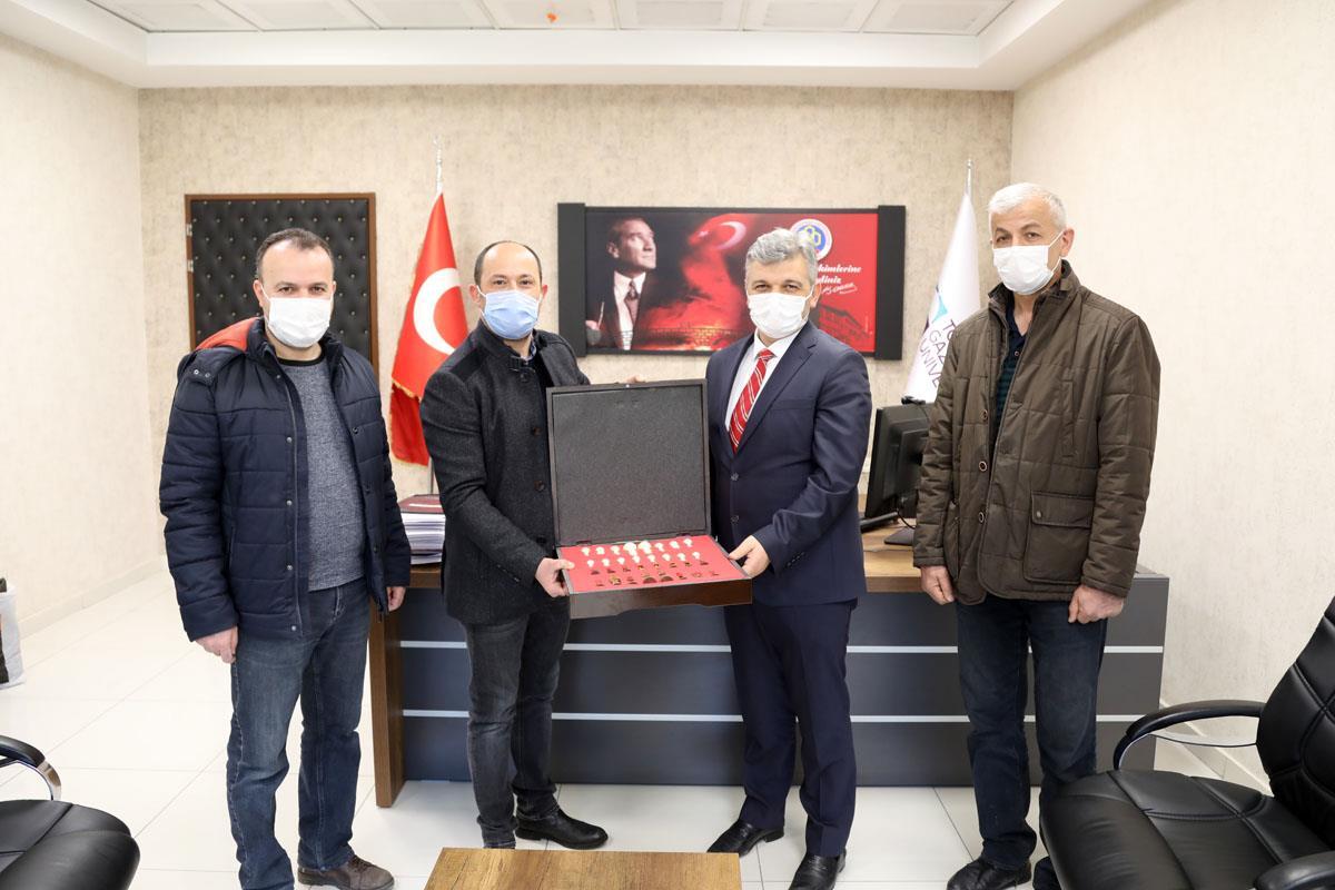 Türkiye Satranç Federasyonu Tokat Satranç İl Temsilciliği Hastanemiz Başhekimi Prof. Dr. Nihat ULUOCAK'ı makamında ziyaret etmişlerdir.
